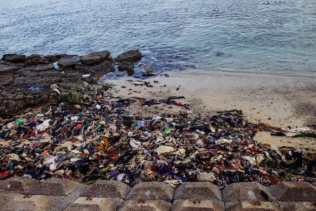 Rác thải ngập đầy sát mép nước biển.