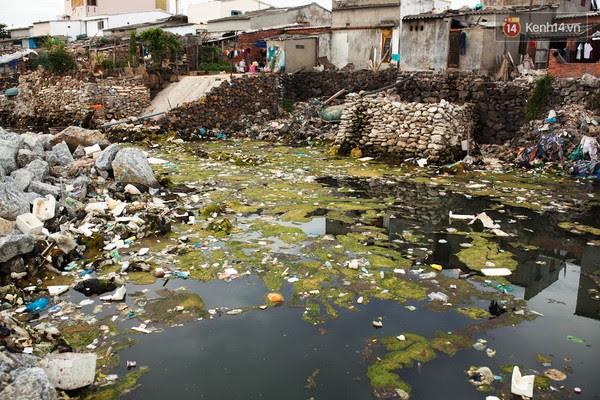 Những bãi rác kinh hoàng có mùi hôi nồng nặc trong khu dân cư.