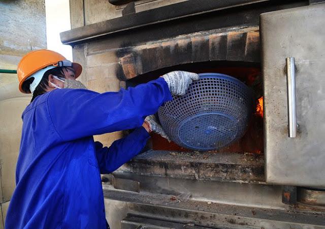 Nhà rác xử lý chất thải rắn linh hoạt được đầu tư trên 30 tỷ đồng nhưng công nhân Nhà máy phải dùng rổ nhựa để đưa rác thải vào lò đốt.