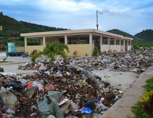 Rác thải không xử lý hết được đổ ngổn ngang khuôn viên Nhà máy xử lý chất thải rắn sinh hoạt trên đảo Lý Sơn.