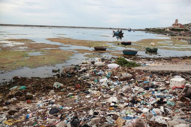 Mặc dù đây không phải là nơi dừng chân của khách du lịch, thế nhưng muốn đi đến các điểm tham quan thắng cảnh, tắm biển, du khách bắt buộc phải đi ngang những tuyến đường đầy rác thải thế này.
