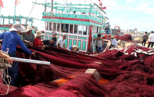 Ngư dân trên đảo Lý Sơn chuẩn bị ngư cụ ra khơi