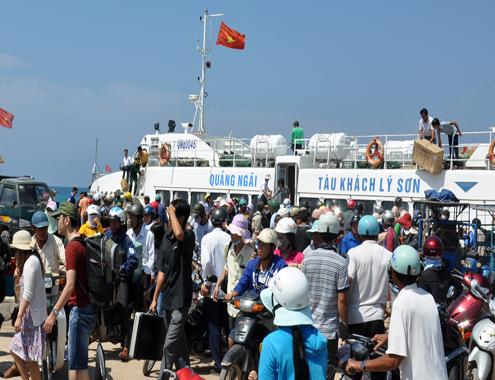 Tàu cao tốc Lý Sơn vận chuyển du khách trên tuyến Sa Kỳ - cảng Lý Sơn.