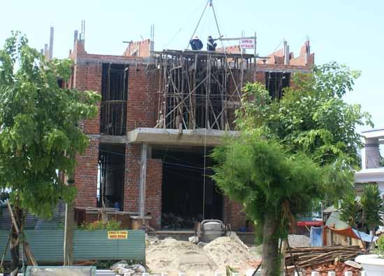 Người lao động thi công nhà cao tầng ở Lý Sơn không trang bị bảo hộ lao động đúng quy định