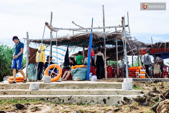 Các quán ăn, dịch vụ tự phát thay nhau mọc lên trên đảo Bé.