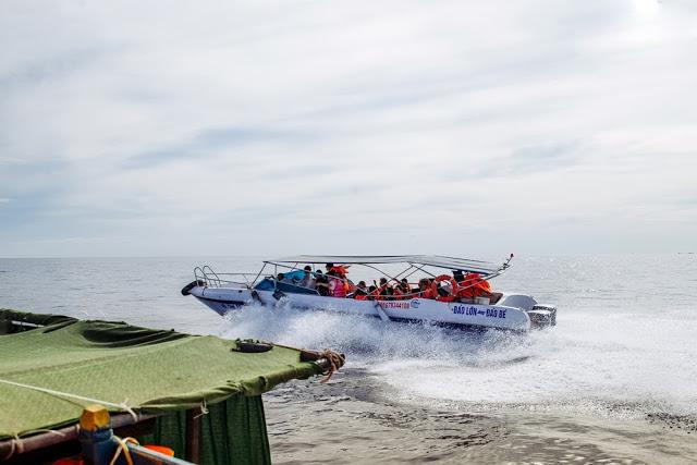 Ngoài tàu cao tốc và tàu cá của ngư dân, giờ đây khách du lịch còn có thể lướt trên những con sóng ra đảo với ca nô tốc hành này.