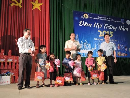 Trao 250 xuất quà trung thu cho trẻ em đảo Lý Sơn - Hình 4