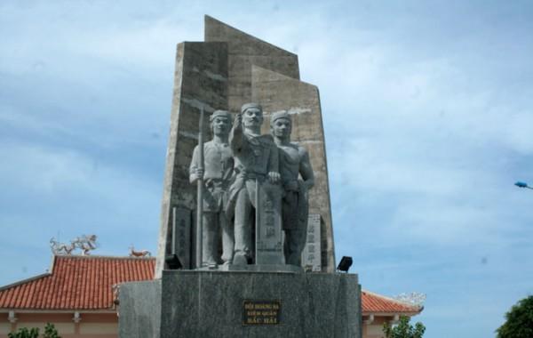 Tượng đài Hải đội Hoàng Sa kiêm quản Bắc Hải trên đảo Lý Sơn