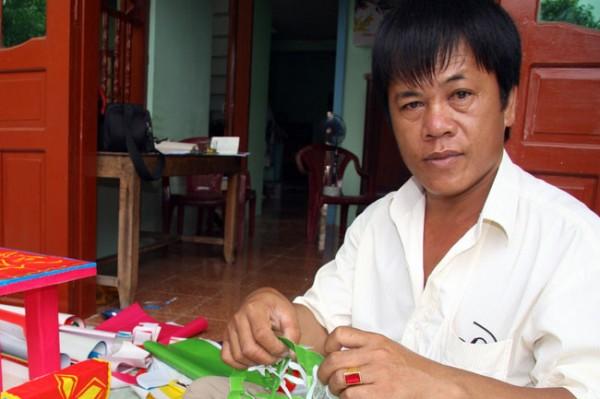 Anh Võ Văn Nhành, người duy nhất còn làm được hình nhân và mộ chiêu hồn trên đảo Lý Sơn