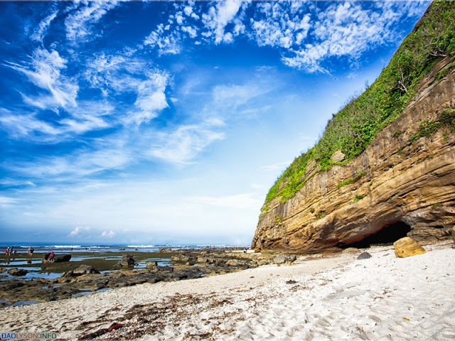 Vách đá tại Chùa Hang