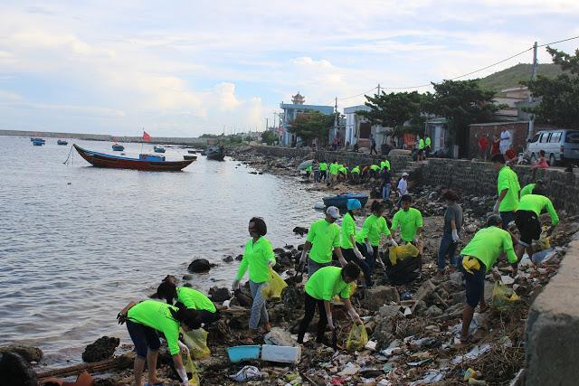 Những ụ rác dọc bờ biển Lý Sơn dần được dọn sạch từ đôi tay của du khách