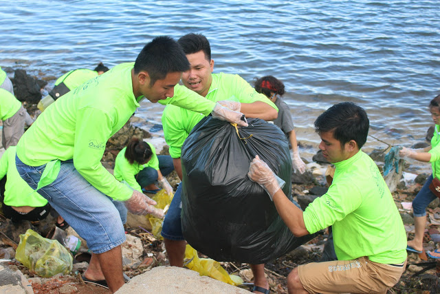 Bao rác quá nặng, phải cần ba thanh niên mới chuyển lên được tới bờ