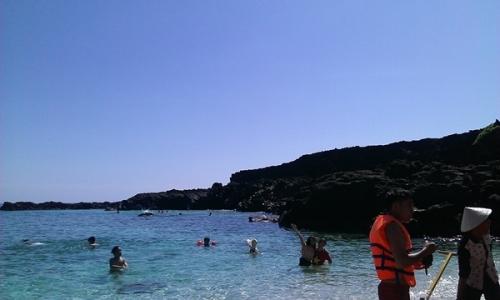 Hang Kẻ cướp xưa kia giờ là bãi tắm lý tưởng với khách du lịch khi đến với đảo Bé.