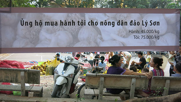 Băng rôn kêu gọi người dân mua hành tỏi ủng hộ cho người dân Lý Sơn