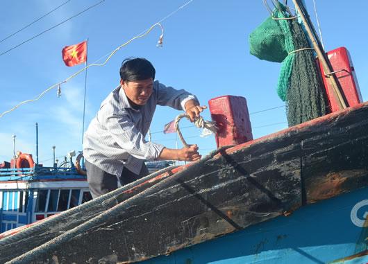 Ngư dân Lê Khởi chuẩn bị cho một chuyến ra khơi.