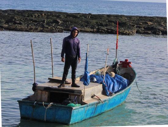 Thợ lặn Đặng Văn Thắng chuẩn bị cho một chuyến ra khơi