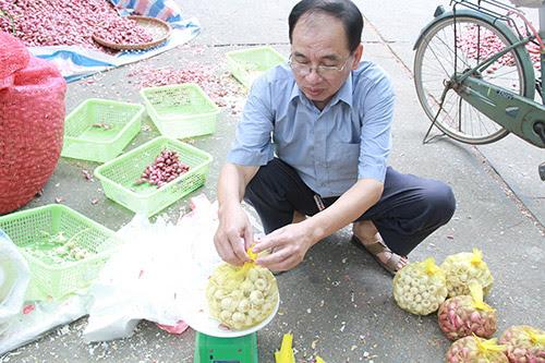 Người mua lác đác, chủ yếu là những người sống trong khu tập thể Vĩnh Phúc (Ba Đình).