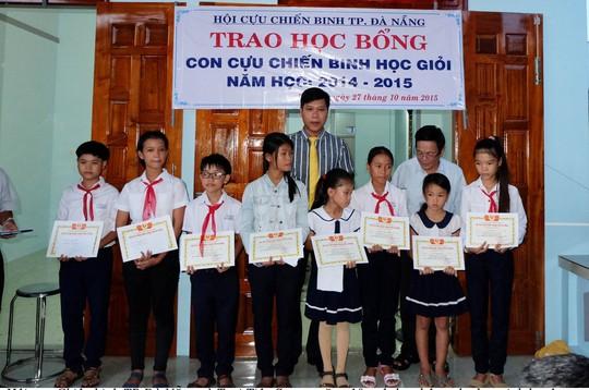 10 xuất học bổng được trao cho 10 em học sinh có thành tích cao trong học tập.