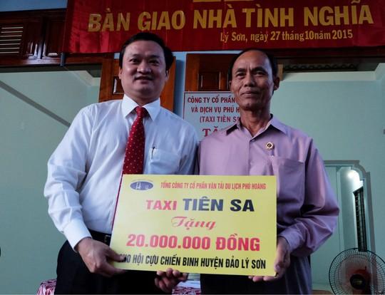 Ông Lê Vinh Quang , chủ tịch HĐQT kiêm Tổng giám đốc Công ty Phú Hoàng (bên trái) trao 20 triệu đồng cho Hội cựu Chiến binh huyện đảo Lý Sơn (Quảng Ngãi)