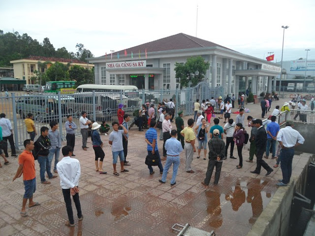 Hàng trăm hành khách ngóng chờ lệnh xuất bến cho tàu ra đảo Lý Sơn của cơ quan chức năng vào sáng nay.