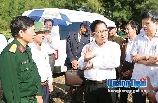 Bí thư Tỉnh ủy, Chủ tịch HĐND tỉnh Lê Viết Chữ kiểm tra dự án trồng rừng trên đảo Lý Sơn.