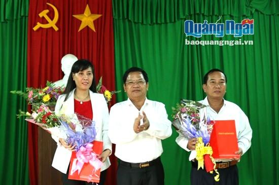 Bí thư Tỉnh ủy, Chủ tịch HĐND tỉnh Lê Viết Chữ trao quyết định cho hai đồng chí Bùi Thị Quỳnh Vân và Nguyễn Thanh