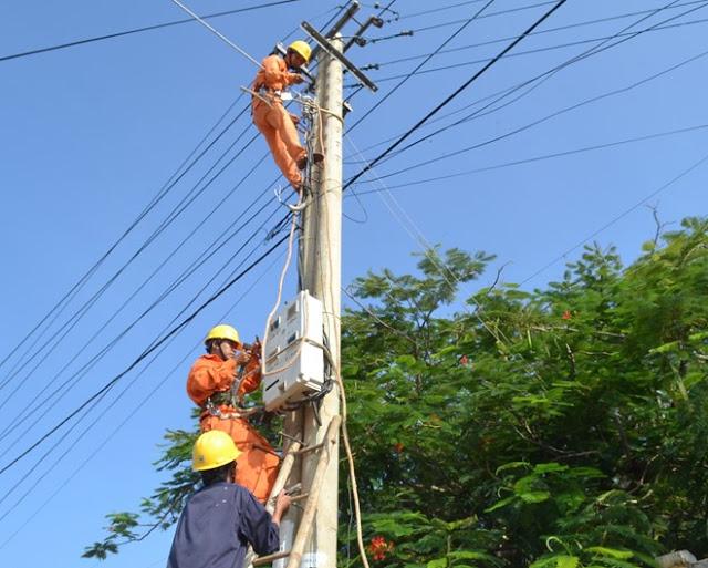 Công nhân Điện lực Lý Sơn thực hiện đưa điện ra đồng.