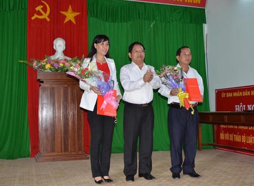 Bí thư Tỉnh ủy Quảng Ngãi Lê Viết Chữ trao quyết định và tặng hoa cho Bí thư và Chủ tịch Lý Sơn