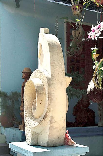 Tác phẩm Hướng về biển - chất liệu đá san hô - Triển lãm Khu vực V Nam miền Trung và Tây Nguyên năm 2012, tại Quảng Ngãi.