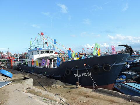 Tàu hậu cần vỏ thép mang số hiệu QNg 96707 TS mang tên Tiên Tri 07 đã được bàn giao cho ngư dân Quảng Ngãi