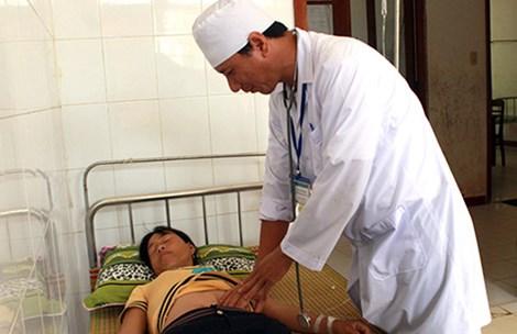 Khám và điều trị cho bệnh nhân tại Trung tâm y tế quân dân y Lý Sơn.