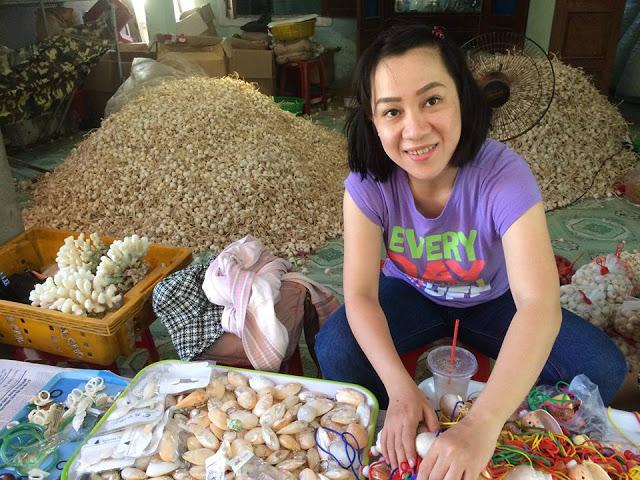 Tại các điểm tham quan, chỉ cần một quày bán đồ lưu niệm nhỏ, nhiều người dân Lý Sơn đã có thu nhập hằng ngày.