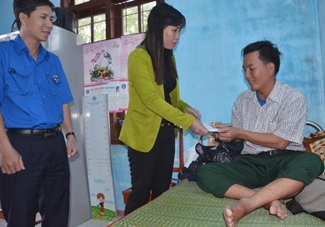 Cá nhân Bí thư Huyện ủy Lý Sơn (giữa) hỗ trợ đến ngư dân Nguyễn Văn Lộc