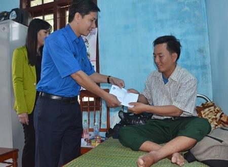 Tỉnh đoàn Quảng Ngãi cũng kịp thời hỗ trợ thanh niên Lộc sống sót sau 21 giờ vật lộn với biển động cấp 7