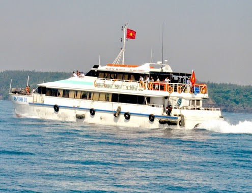 Bão số 5 suy yếu, du khách trên đảo Lý Sơn vào bờ an toàn