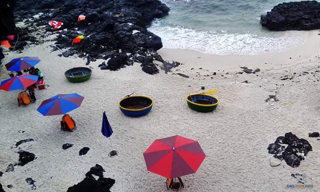 Du Khách nghỉ dưỡng tại bãi biển Đảo Bé