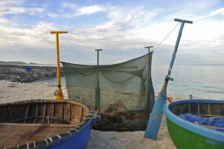 Mái chèo được dùng làm cọc màn trên bờ biển.