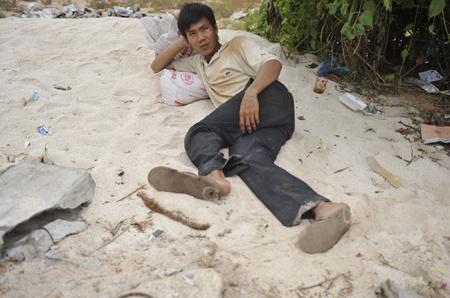 Anh thanh niên tỉnh giấc trên cồn cát.