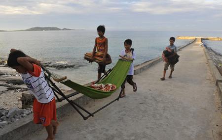 """Bọn trẻ đảo Bé rời cảng, nơi từ lâu là """"khách sạn ngàn sao"""" của cư dân ở đây."""