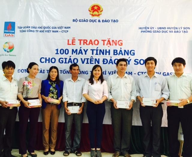 100 máy tính bảng đến với giáo viên huyện đảo Lý Sơn