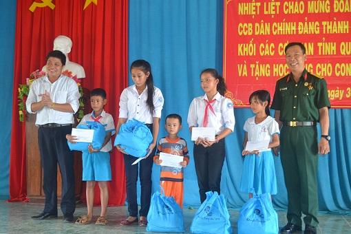 Tặng quà cho con em Hội cựu chiến binh huyện Lý Sơn - Hình 1