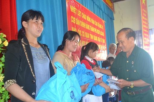 Tặng quà cho con em Hội cựu chiến binh huyện Lý Sơn - Hình 2