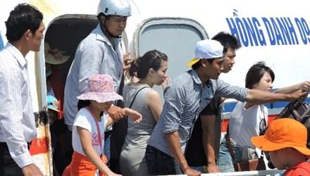 Tàu chở khách ra đảo Lý Sơn.