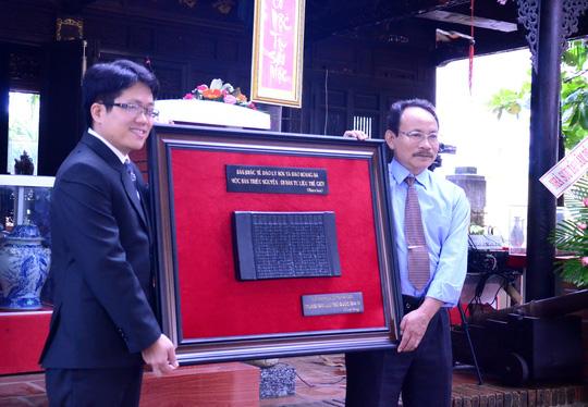 Đại diện Trung tâm Lưu trữ quốc gia IV (trái) trao phiên bản mộc bản triều Nguyễn cho Sở Văn hóa - Thể thao và Du lịch tỉnh Quảng Ngãi