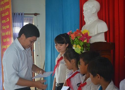 Trao học bổng cho học sinh nghèo vượt khó - hình 1