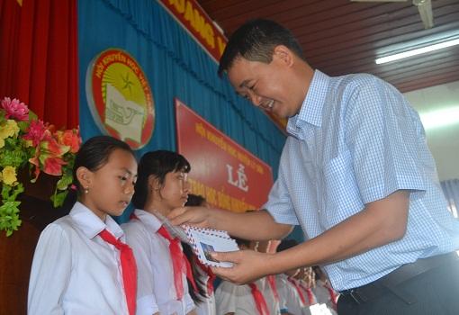 Trao học bổng cho học sinh nghèo vượt khó - hình 2