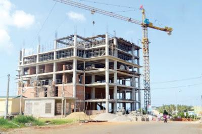 Việc xây dựng các công trình ồ ạt trong khi chưa có quy hoạch tổng thể khiến việc quản lý xây dựng hết sức khó khăn.