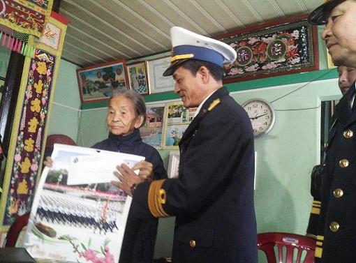 Bộ Tư lệnh Vùng 3 Hải quân thăm, chúc Tết quân dân Đảo Lý Sơn - Hình 3