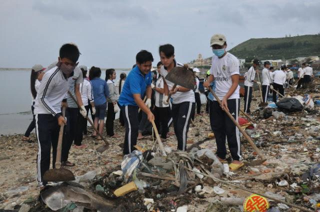 Các đoàn viên thanh niên dọn rác tại danh thắng chùa Đục, Cổng Tò Vò