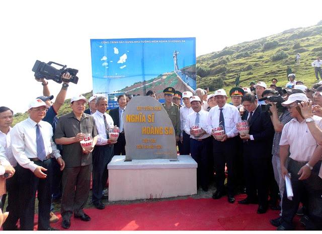 Chánh án Trương Hòa Bình thực hiện nghi thức đổ cát tại Khu tưởng niệm Nghĩa sĩ Hoàng Sa